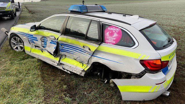 Auto schlittert bei Niederwil über glatte Strasse – und kollidiert mit der Polizei