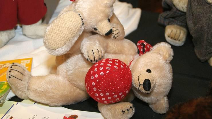 Zwei spielende Teddybären.