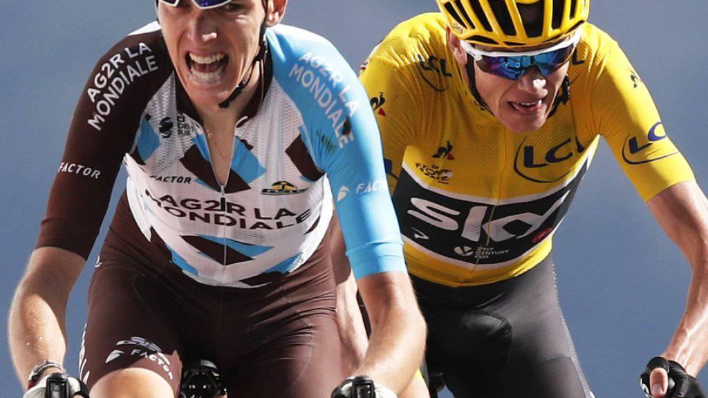 Der britische Vorjahressieger Chris Froome (im gelben Leadertrikot) lässt sich vom Franzosen Romain Bardet nicht abschütteln