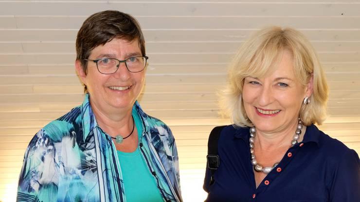 Engagieren sich für die lokale Kultur: Rosmarie Blaser und Susanna Frei von der Kulturkommission Urdorf an der Vernissage zu 4 x Kunst im Gemeindehaus Urdorf.