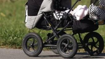 Im Kinderwagen kam eine verstecke Metallbox zum Vorschein. (Symbolbild)
