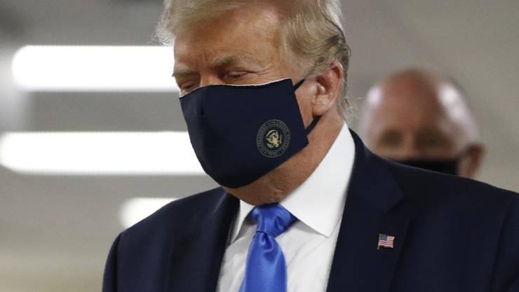 US-Präsident Donald Trump ist am Freitag (Ortszeit) wieder mit einer Schutzmaske aufgetreten - obwohl er das eigentlich nicht gerne macht.