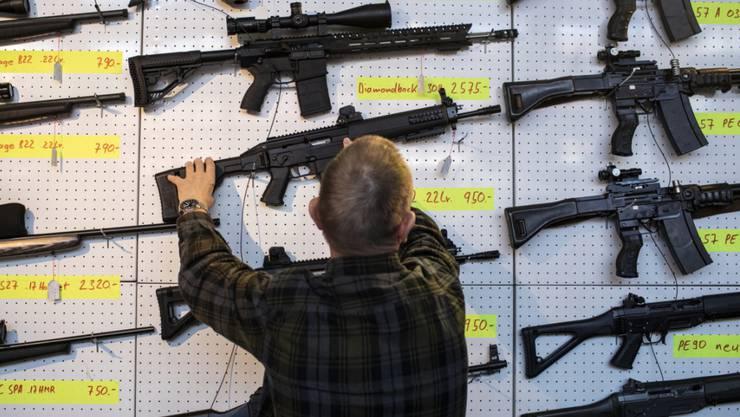 """Die Schweiz hat sich bereits früher zu Verschärfungen des Waffenrechts an der Urne geäussert. 2011 etwa lehnte das Stimmvolk die Volksinitiative """"Für den Schutz vor Waffengewalt"""" mit rund 56 Prozent ab."""