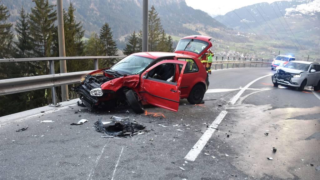 Heftiger Crash: 21-Jähriger wird in Auto eingeklemmt