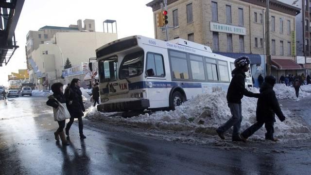 Ein Bus ist mitten auf einer Kreuzung in New York steckengeblieben
