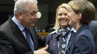 Bundesrätin Simonetta Sommaruga (rechts) in Brüssel im Gespräch mit EU-Kommissar Dimitris Avramopoulos, beobachtet von der norwegischen Ministerin Sylvi Listhaug (Mitte).