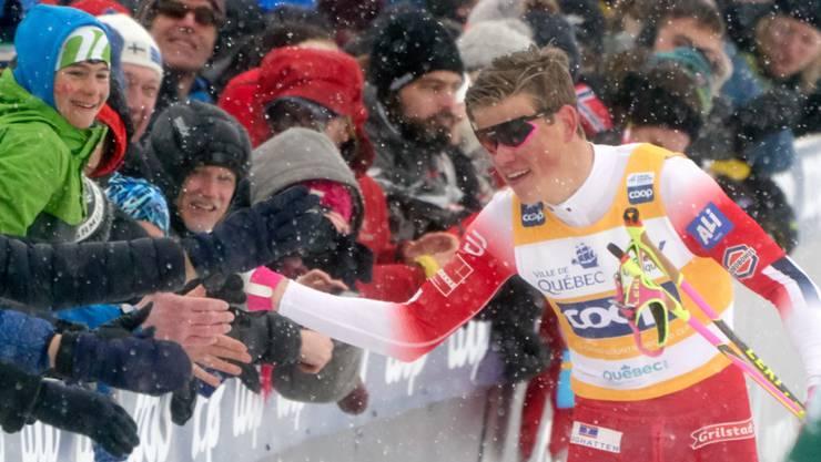 Johannes Hösflot Klaebo nimmt die Gratulationen entgegen.