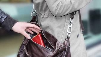 Die Taschendiebe stahlen ein Couvert mit über 1000 Franken Bargeld. (Symbolbild).