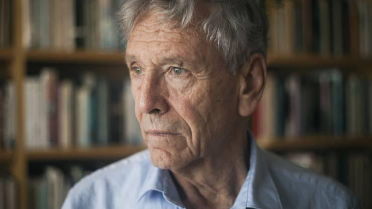 """Der israelische Schriftsteller Amos Oz ist am Freitag in seiner Heimat im Alter von 79 Jahren an Krebs gestorben. Er war unter anderem durch seinen autobiografischen Roman """"Eine Geschichte von Liebe und Finsternis"""" zu Weltruhm gelangt, das Buch wurde zum internationalen Bestseller. Jahrelang wurde Oz als Anwärter auf den Literaturnobelpreis gehandelt. Ausserdem hatte er international zahlreiche Auszeichnungen erhalten, darunter den Friedenspreis des Deutschen Buchhandels. Der unter dem Namen Amos Klausner in Jerusalem als Sohn jüdischer Einwanderer aus der Ukraine geborene Autor war als Gründer der Friedensbewegung Schalom Achschaw (Frieden Jetzt) auch politisch aktiv."""