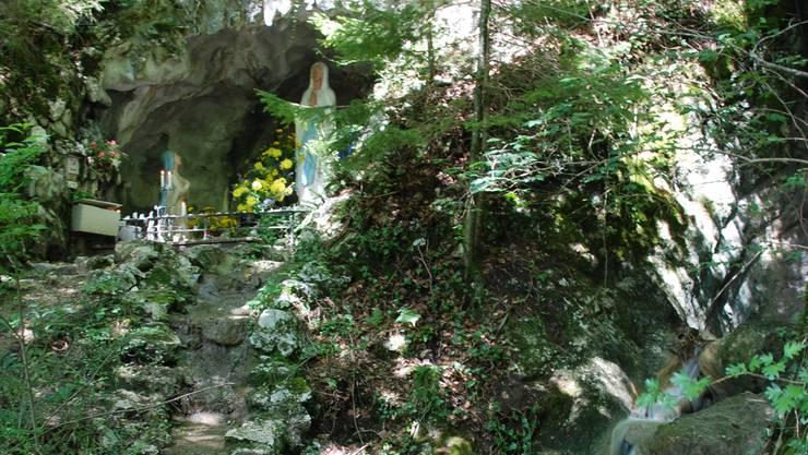 So präsentiert sich die Lourdes-Grotte in den Sommermonaten.