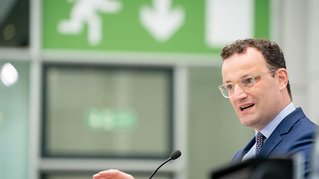 Jens Spahn (CDU), Bundesminister für Gesundheit, spricht nach der Sitzung des Bundeskabinetts auf einer Pressekonferenz zum Krankenhauszukunftsgesetz. Foto: Kay Nietfeld/dpa