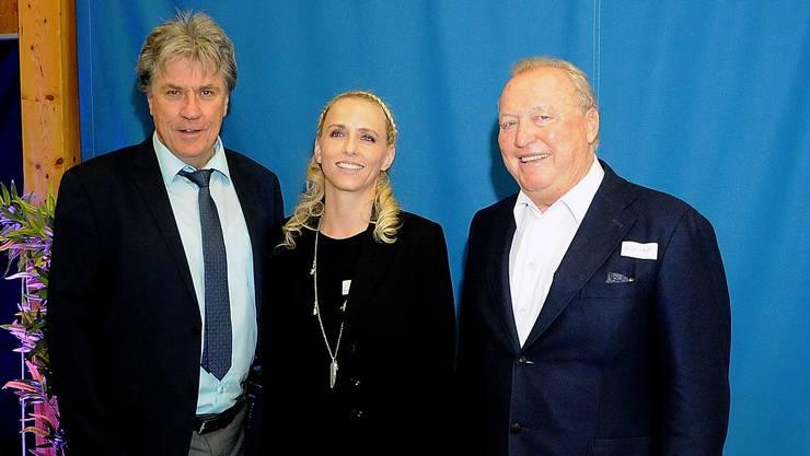 Überraschungsgast SRF Moderator Bernhard Schär (links) mit Jannine Bernasconi (Centerleiterin) und Arnold Schefer(VR Präsident).