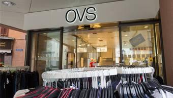 Ein Bild aus längst vergangenen, besseren Zeit: Volle Kleiderständer in einer der ursprünglicih rund 140 OVS-Filialen in der Schweiz.