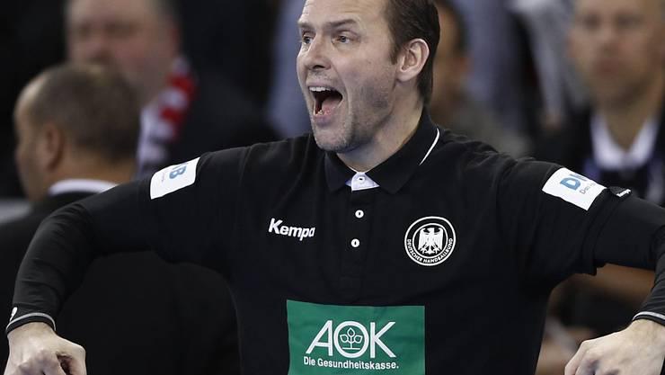 Deutschlands Trainer Dagur Sigurdsson feuert sein Team im Spitzenspiel gegen Kroatien an