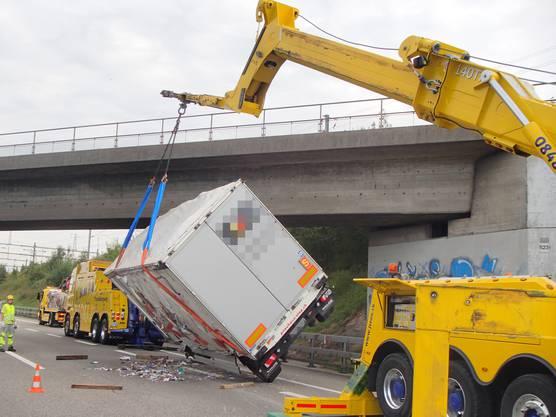 Spreitenbach/A1, 29. August: Die 54-Jährige war am Mittwoch auf der A1 in Richtung Zürich unterwegs, als sie mit ihrem Lastwagen kontinuierlich nach rechts geriet, bis sie mit der Randleitplanke kollidierte und der Anhänger kippte.