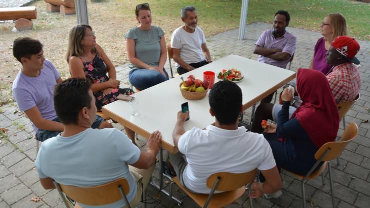 Bei einem «Zvieri» sitzen die Asylbewerber und die Gretzenbacher zusammen am Tisch vor dem Römersaal.