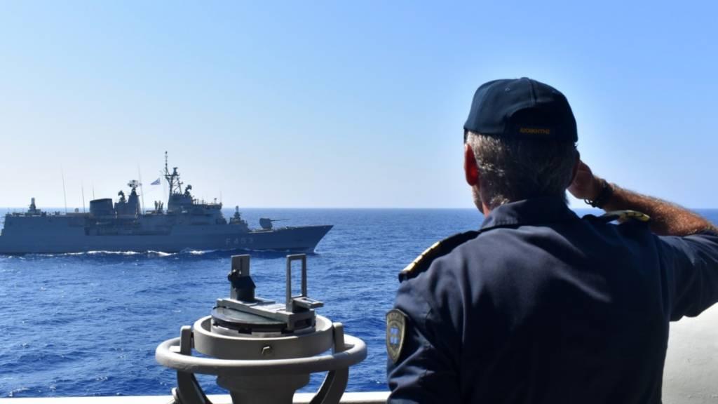HANDOUT - Ein Offizier an Bord eines griechischen Kriegsschiffes salutiert während einer Militärübung im östlichen Mittelmeer. Foto: Uncredited/Greek Defense Ministry/AP/dpa - ACHTUNG: Nur zur redaktionellen Verwendung im Zusammenhang mit der aktuellen Berichterstattung und nur mit vollständiger Nennung des vorstehenden Credits