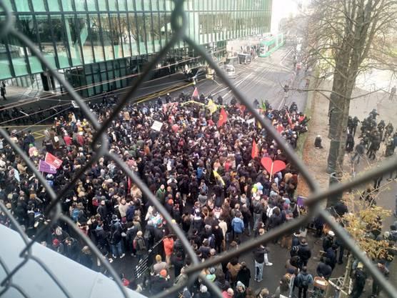 Die Gegendemonstranten blockieren nun den Zugang bei der Rosenthalanlage, es kommt zu ersten Provokationen gegen die Polizei.