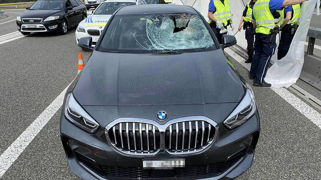 Eine Autolenkerin kollidierte auf der A1 im Aargau mit einem Reh, das sich auf die Autobahn verirrt hatte. Die 65-Jährige erlitt schwere Verletzungen und verstarb im Spital.