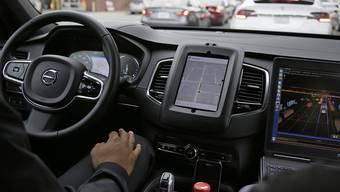 Nach einem Bericht der Nachrichtenagentur Bloomberg stoppte Uber das Programm für selbstfahrende Autos in den gesamten USA nach einem tödlichen Unfall. (Symbolbild)