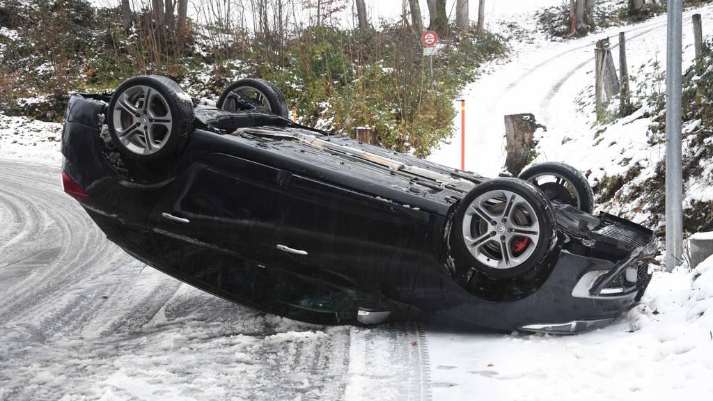 Renault landet auf dem Dach – Fahrer bleibt unverletzt