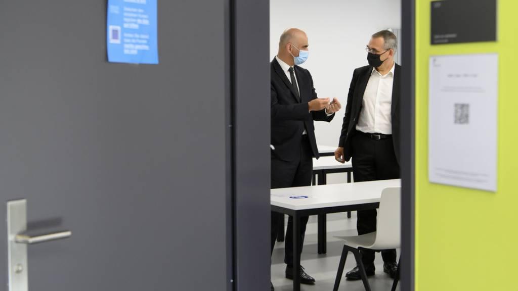Bundesrat Alain Berset auf Besuch in seinem Heimatkanton - hier im Gespräch mit dem Freiburger Regierungspräsidenten Jean-François Steiert.