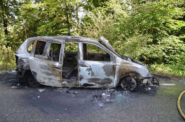Die angerückte Feuerwehr konnte das Feuer löschen. Das Auto musste abgeschleppt werden.