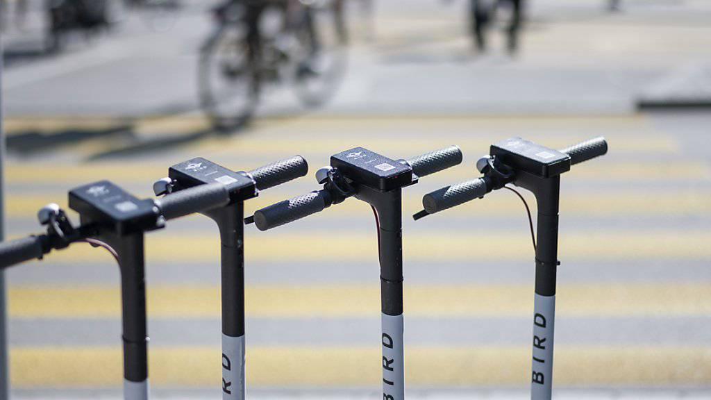 Elektro-Trottinetts in Reih und Glied wie hier in Zürich sind in Tel Aviv ein seltenes Bild. Die Behörden haben seit Anfang Jahr 13'000 Bussen ausgestellt und 1000 chaotisch abgestellte E-Trottis beschlagnahmt. (Themenbild)