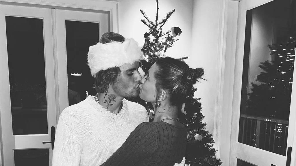 Von kuschlig bis sexy: So feiern die Promis Weihnachten