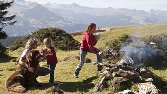 Junge Eltern in Skandinavien nehmen materielle Einbussen in Kauf, um auch ein glückliches Familienleben führen zu können. (Symbolbild)