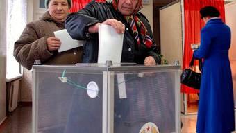 Frauen geben in der Stadt Tiraspol in Transnistrien ihre Stimme ab