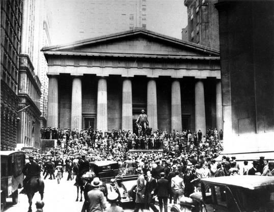 Der 24. Oktober 1929: Eine Menschenmenge steht vor der Wall Street-Börse in New York: Innerhalb weniger Tage verloren Millionen Amerikaner ihr Vermögen, die Panik griff weltweit auf die Börsenplätze über.