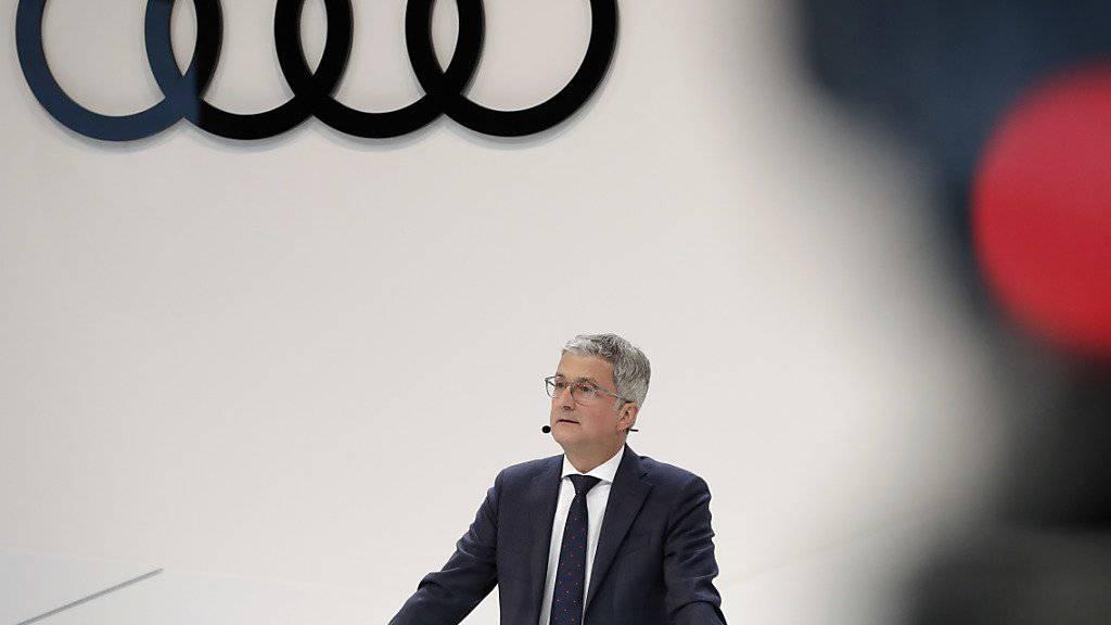 Razzien der Justiz bei Audi wegen des Abgas-Skandal überschatten die Bilanzmedienkonferenz von Audi-Chef Rupert Stadler in Ingolstadt.