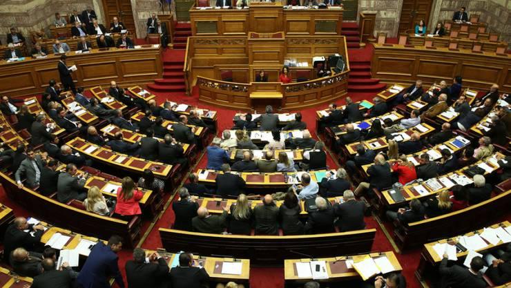 Blick ins griechische Parlament am Donnerstagabend. Es billigte im Eilverfahren ein neues Sparprogramm.