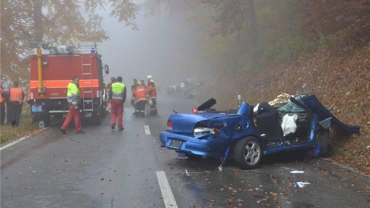 Sowohl der Unfallverursacher im blauen Subaru als auch das Opfer im silbergrauen Nissan (im Hintergrund) entgingen nur mit Glück dem Tod.