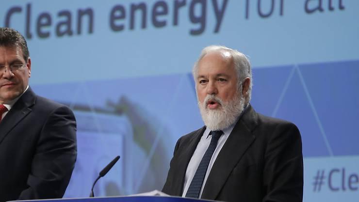 EU-Vizekommissions-Präsident Maros Sefcovic (links) und EU-Energiekommissar Miguel Arias Cañete haben am Mittwoch in Brüssel das neue EU-Energiepaket vorgestellt. Dieses umfasst mehr als 1000 Seiten mit Dutzenden Vorschlägen und Richtlinien.