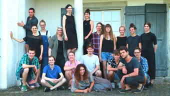 Stehend: Fabian Vogt (Lyrik), Anna Stüdeli (Fotoinstallationen), Mina Achermann (Film), Luana Guzzanti (Text), Steffi Friis (Schauspiel), Mirjam Jamuna Zweifel (Tanz), Simone Mutti (Videoinstallationen/Audio-Raum), Eve Schütz (Foto-Audioinstallationen), Elena Roth und Eline Näf (Design), Samira Schneuwly (Multimediainstallation). Kniend: Patrick Joray (Musik), Silvan Joray (Musik), Tom Muster (Theater), Matthias Liechti (Illustration), Luca Lang (Musik), Silvan Borer (Multimediainstallation), Chris Elvis Leisi (Bildinstallation). Liegend: Daphne Oberholzer (Performance). Es fehlen: Daniel McAlavey (Musik), Joël Morand (Gesang und die Band Aging Skies).