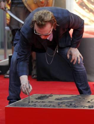 Mickey Rourke hinterlässt seine Handabdrücke im flüssigen Beton des «Walk of Fame»