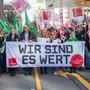 """Demonstranten gehen am Dienstag beim Warnstreik mit einem Banner mit der Aufschrift """"Wir sind es wert"""" durch die Münchener Innenstadt. Die Gewerkschaft Verdi hat mehr als 2000 Beschäftigte im Öffentlichen Dienst in ganz Bayern zu Warnstreiks gerufen."""