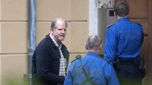Peter Hans Kneubühl vor dem Eingang des Gerichtsgebäudes (Archiv)