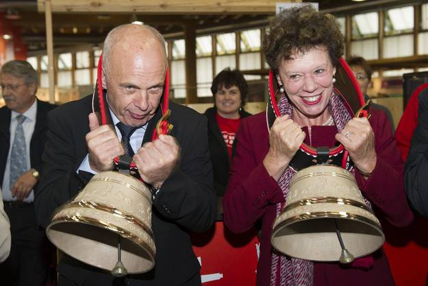 Ueli Maurer und Esther Gassler mit Glocken um den Hals