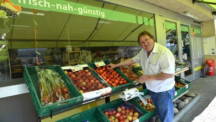 Viel frisches Gemüse, Fleisch vom Metzger, Käse im Offenverkauf, alles möglichst aus der Region: Das ist das Erfolgsrezept des Dorfladens Pfeffingen. «Das schätzen die Kunden, das setze ich gut um und da stimmt die Marge», sagt Inhaber Christoph Hänggi. Mit Artikeln wie Waschpulver könne er sich nicht von den Grossen abheben. «Nur mit qualitativ hochstehender Ware kann ich einigermassen überleben.» Hänggi sagt «überleben», denn für das, was für ihn persönlich am Ende des Monats in die Lohntüte fliesst, würde sich wohl niemand anstellen lassen. Derzeit hat er noch eine solide Kundenbasis, vom Kind bis zu älteren Leuten. Es gebe Familien, die würden fast alles bei ihm kaufen und recht viel Geld ausgeben. Neben dem frischen Angebot wüssten sie zu schätzen, dass es hier persönlich zu- und hergeht. Nach dem Frankenschock ging sein Umsatz um einen Viertel zurück, hat aber inzwischen fast wieder das Vorjahresniveau erreicht. «Ich sehe jetzt einige Leute zum ersten Mal seit einigen Monaten wieder in meinem Laden.» Anscheinend sei der Preis nicht allein ausschlaggebend. «Einige haben einfach genug vom ganzen Gschtürm in Weil.» Trotzdem macht er sich Zukunftssorgen. Sein Laden müsse renoviert werden, aber Geld dafür konnte er mit seinen bescheidenen Umsätzen nicht zurückstellen. Von der Gemeinde könne er keine Unterstützung erwarten, hat er festgestellt. «Die sind nur an etwas interessiert, wenn es rentabel ist.» In Pfeffingen ist die Poststelle gefährdet. Wie in vielen anderen Schweizer Gemeinden könnte Hänggis Dorfladen einige Postdienstleistungen anbieten; aber dafür wären Investitionen nötig, und die kann Hänggi nicht bezahlen. Darum ist für ihn klar: Wenn er in sieben bis acht Jahren pensioniert wird, geht sein Laden definitiv zu. «Auch für die Grossen wird es in unserer Grenzregion immer schwieriger, aber wir Kleinen können halt nicht auf Reserven zurückgreifen», bringt der Detailhändler das Problem auf den Punkt. (mec)