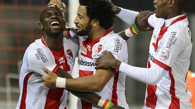 Moussa Konaté (l.) lässt sich als Doppeltorschütze für Sion feiern