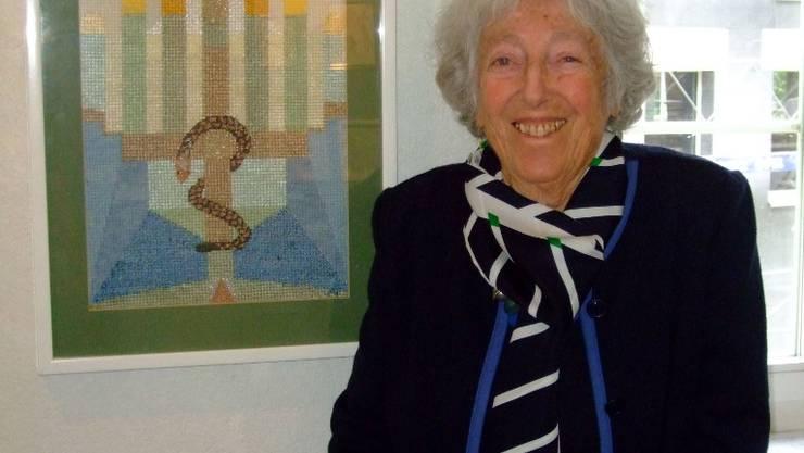 Paula Jost vor dem Werk «Menora» aus dem Jahr 1991 – der Leuchter symbolisiert Erleuchtung. Dap.