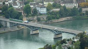 Täglich reisen an die 100 000 Menschen über die Grenze zwischen Deutschland und der Schweiz. (Sicht vom Roche-Turm aus auf die Wettsteinbrücke.)