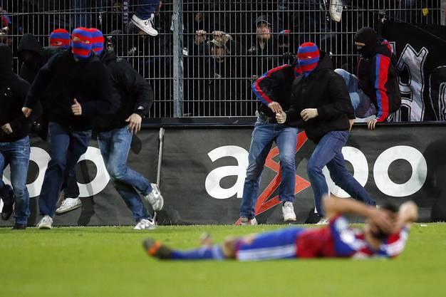 Vermummte FCB-«Fans» gehen nach Spielschluss auf Aarau-Zuschauer los.