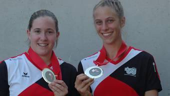Sandra Haslebacher und Serena Raffi präsentieren strahlend ihre Medaillen aus Zug.