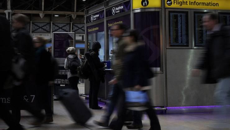 Passagiere am Flughafen Heathrow (Archiv)