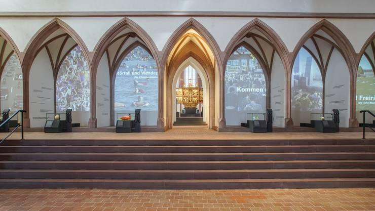 In den Bögen des Lettner werden im Historischen Museum neu Aspekte der neuesten Basler Geschichte filmisch dargestellt.