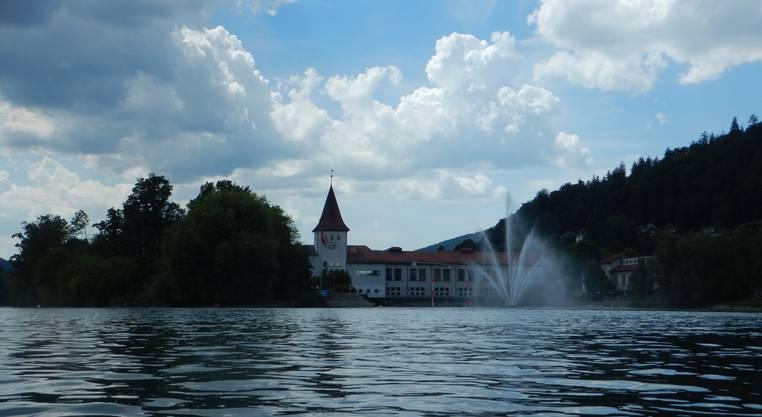 IBA-Kraftwerk von Aareufer unterhalb mit Fontäne. Zwei Personen wollten von der Vogelinsel zum Springbrunnen schwimmen.
